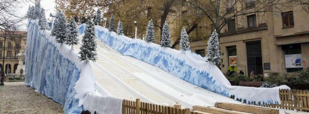 Tobogán gigante de nieve artificial en el Paseo Sarasate